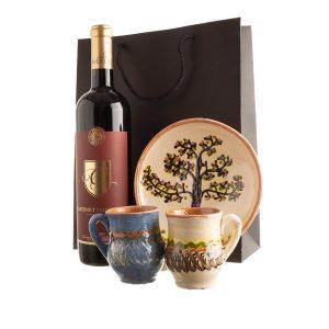 """Coș cadou cu ceramică de tradiție și un vin bun """"O CUPĂ DE IUBIRE"""""""