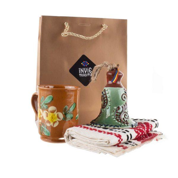 Pachet cadou de Craciun cu clopotel de Bledea, cana din ceramica de Kuty si stergar traditional