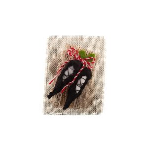 Martisor lucrat manual cu motive traditionale Opinci
