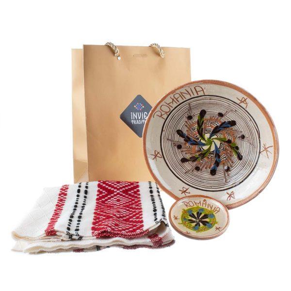 Pachet cadou farfurie de Horezu inscriptionată România magnet România și ștergar